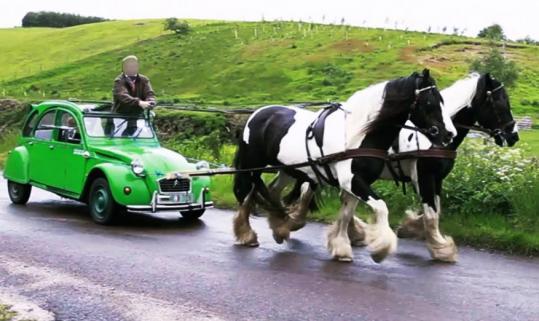 Deux chevaux pléonasme